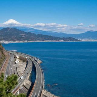富士山の絶景!「薩埵峠(さったとうげ)」は富士山と道路と線路が交わる絶景が見れるぞ!
