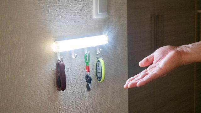 人感・明暗センサーLEDライト付きカギかけフックが玄関にあれば安心だぞ!
