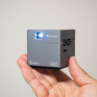 たった5.5cm角のキューブ型、超小型ポータブルプロジェクター「PicoCube X」が、どこでも使えてめっちゃ楽しいぞ!
