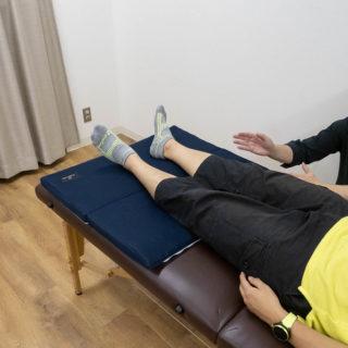整体師考案!寝るだけで下半身をリラックスさせる「ASHI MAKURA」で腰・足の調子を整えられるぞ!