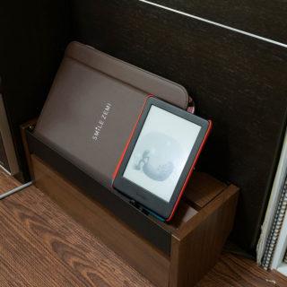 床上のゴチャッとしたケーブル隠しに!スマホやタブレットの充電台にもなる収納ボックスが良いぞ!