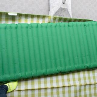 ポンプ内蔵のエアーマットがアウトドアのごろ寝を快適にしてくれるぞ!