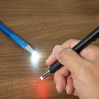 アウトドアや仕事で暗い場所で字を書く人へ!ZEBRAのLEDライト付きボールペンが便利だぞ!