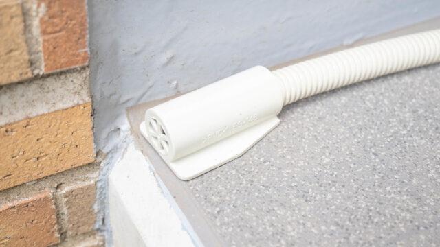 エアコンのドレンホースの浮き上がりを防ぐ!防虫キャップが便利だぞ!