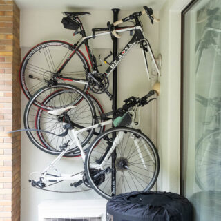 地震でも安心の国産!ミノウラのつっぱり式「バイクタワー」は自転車をスッキリ収納できてオススメだぞ!